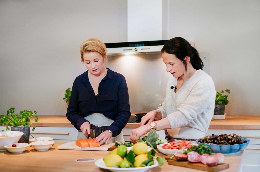 """Marit Bjørgen, abassadør for kategorien """"kropp"""" og Iselin Bogstrand, matfaglig rådgiver i prosjektet """"Fra diett til livrett""""."""