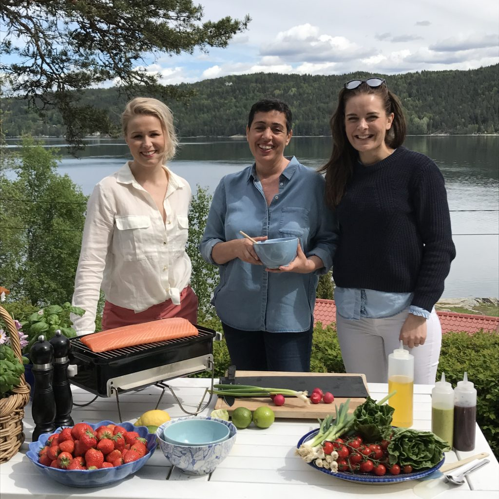 Iselin Bogstrand i Norges Sjømatråd og matblogger Aisha Bouhlou lager mat med PR-operatørene